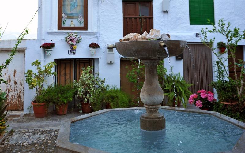 Una de las muchas fuentes de las calles de Lanjarón
