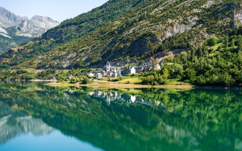Lanuza, rodeada por un lago, tiene una de las vistas más impresionantes de Aragón