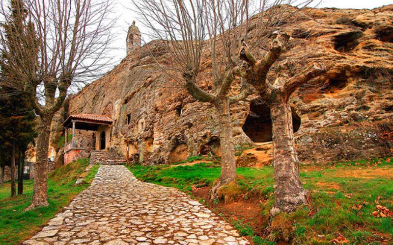 Zona del enterramiento medieval e iglesia de los Santos Justo y Pastor de Olleros