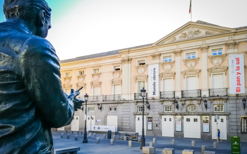 Escultura de Lorca frente al Teatro Español