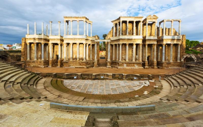 Vista cercana al muro del impresionante Teatro Romano de Mérida