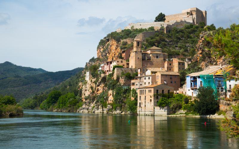 Vista del castillo desde el Ebro