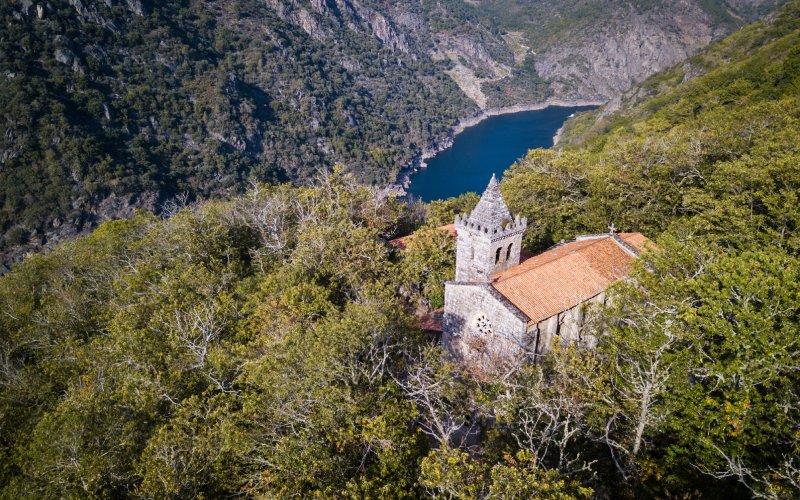 El monasterio descansa junto al río Sil y sus cañones