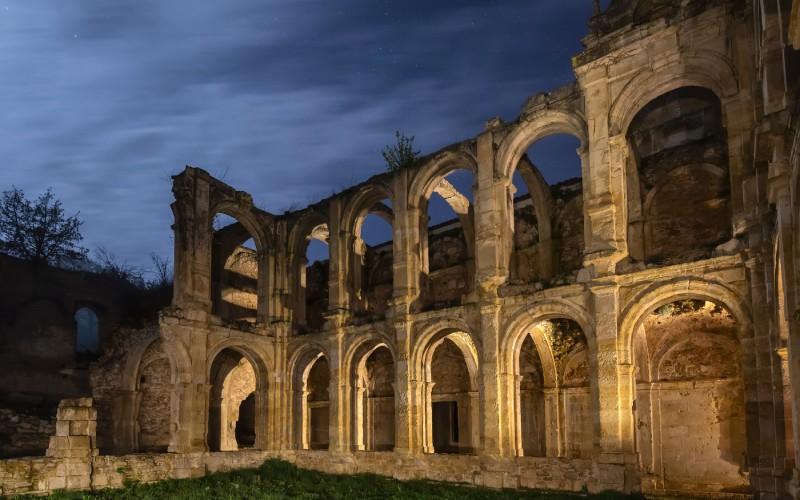 Vistas del monasterio de Santa María de Rioseco de noche