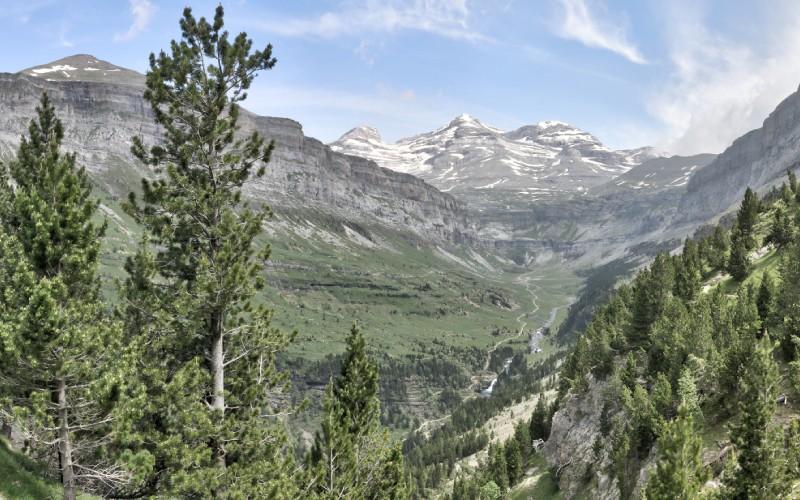 El macizo de Monte Perdido parece surgir de la nada