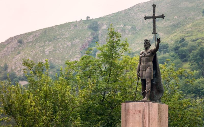 Monumento histórico de Don Pelayo en la basílica de Santa María la Real de Covadonga