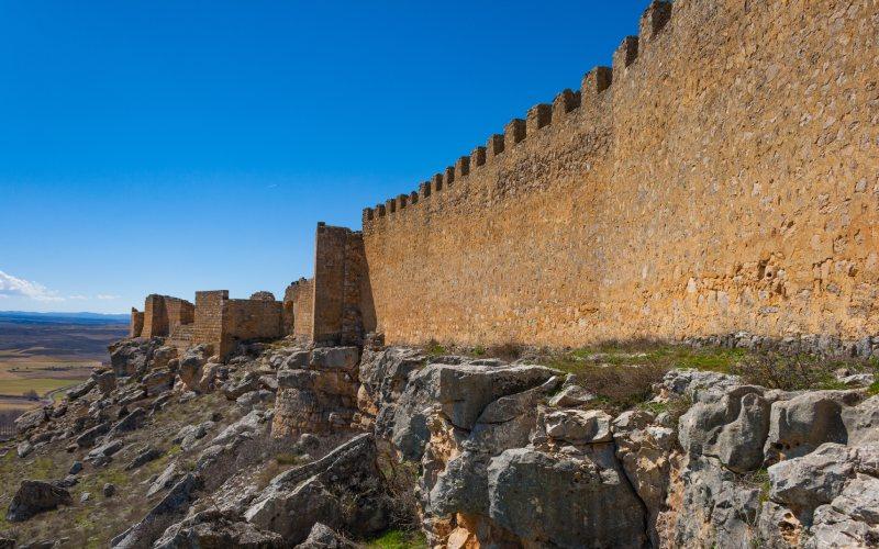 Las interminables murallas del castillo de Gormaz