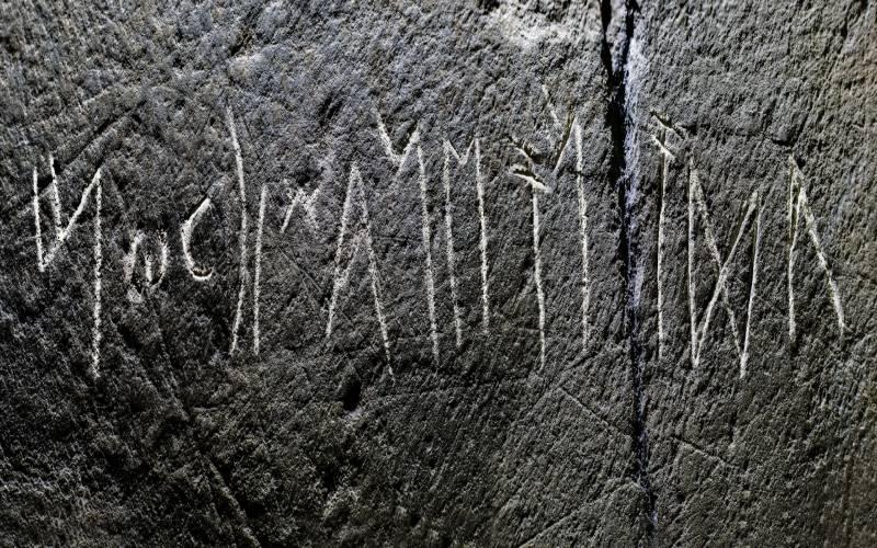 Estela de pizarra con letras de Tartessos del Museo Arqueológico de Cáceres