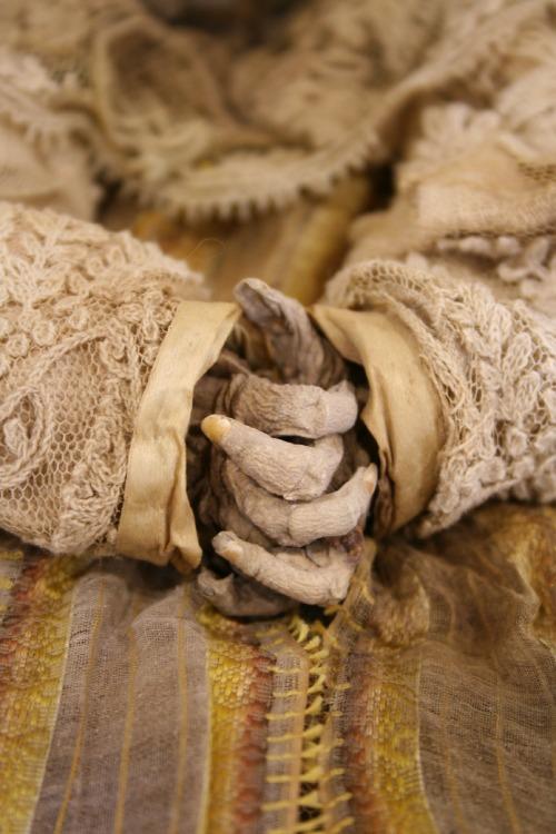 Manos y ropajes de una de las momias de Quinto