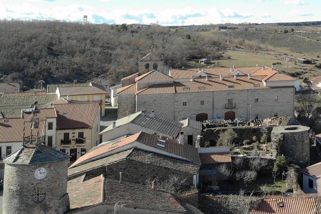 Palacio de los Marqueses de Alcañices al fondo, con la torre del Cubo a la izquierda