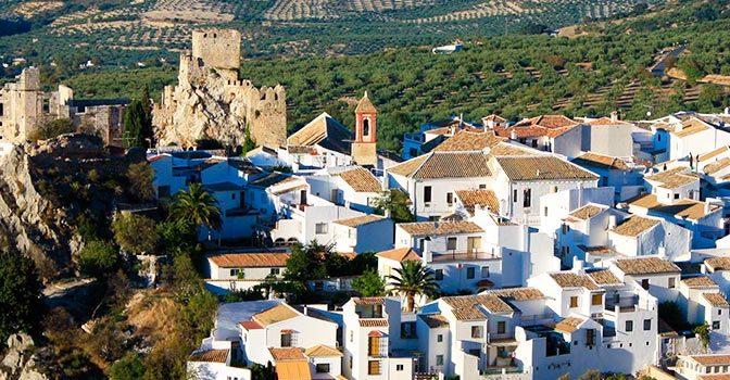 Pueblos con magia y encanto. Panoramica_andalucia_cordoba_zuheros_bi-672x350