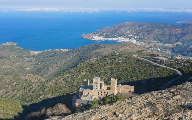 Panorámica aérea del monasterio de Sant Pere de Rodes y Port de la Selva