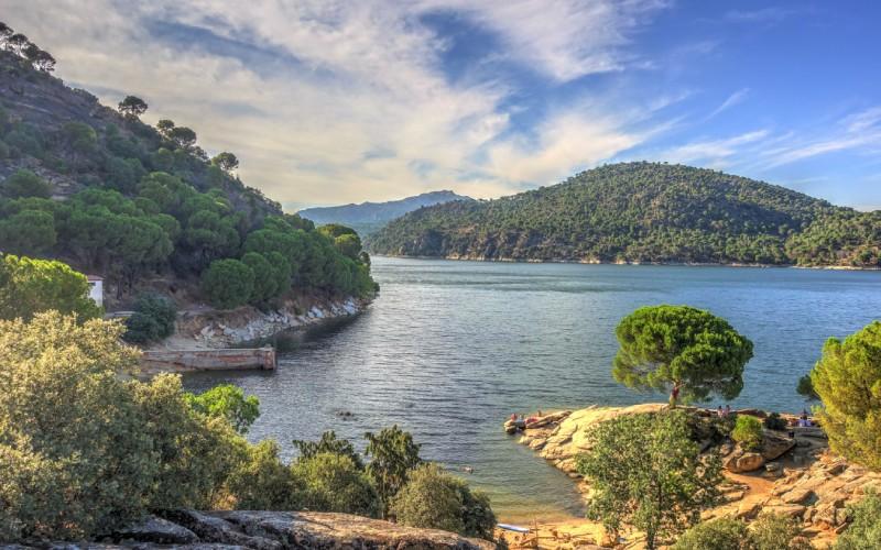 La irresponsabilidad de los bañistas fuerza a adoptar medidas restrictivas en el pantano de San Juan | España Fascinante