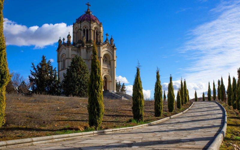 Panteón de la Duquesa del Sevillano o de la Condesa de la Vega del Pozo en Guadalajara otoño