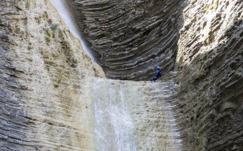 Detalle cercano de la pared del barranco, con las rocas colocadas en capas