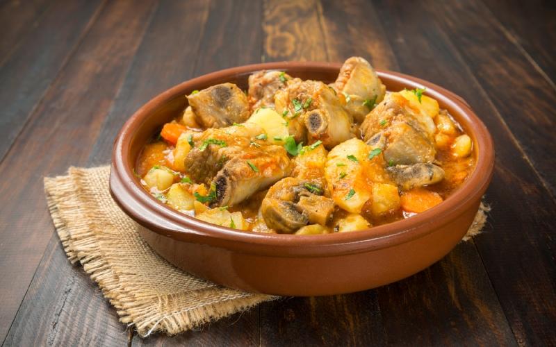 Plato de patatas con costillas. | Shutterstock