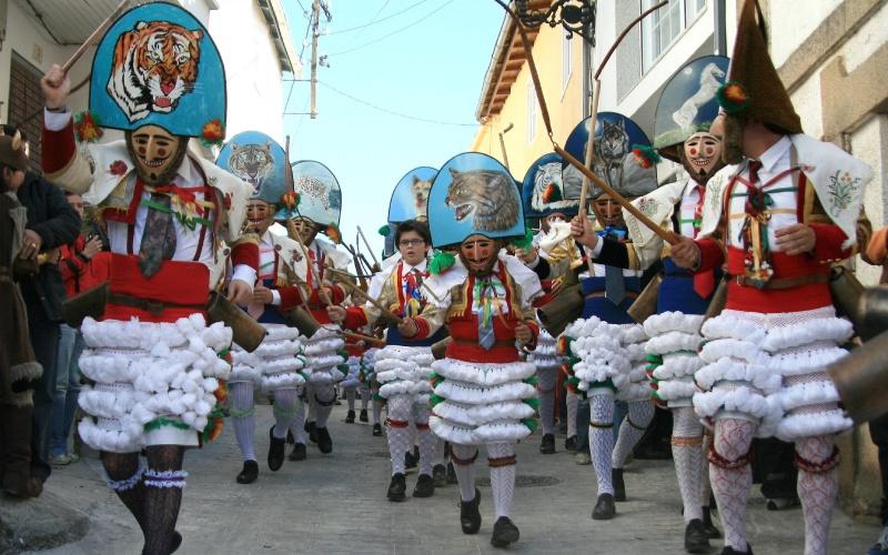 Peliqueiros de Laza durante la celebración de los carnavales
