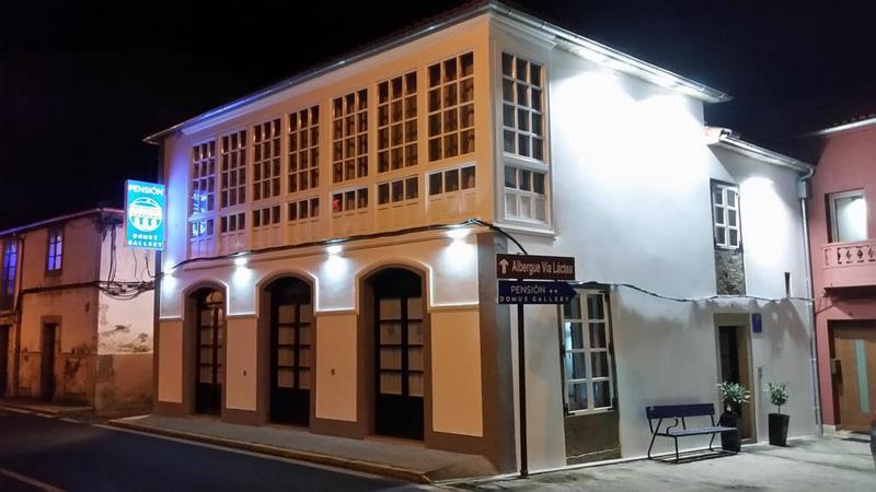 Vista exterior de la pensión Domus Gallery en Arzúa
