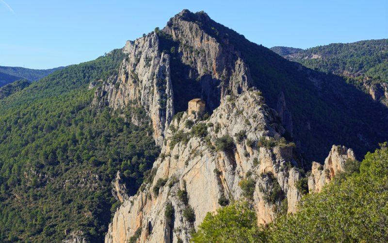 La ermita de la Mare de Déu de la Pertusa en las alturas Mont-Rebei