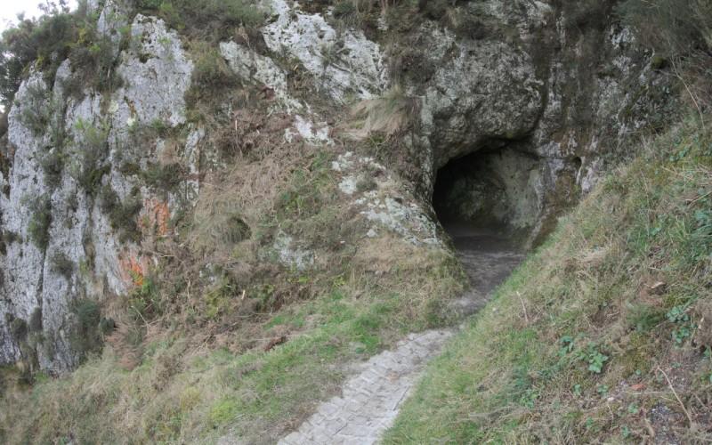 Entrada de la cueva, en lo alto del Pico Sacro, Santiago de Compostela