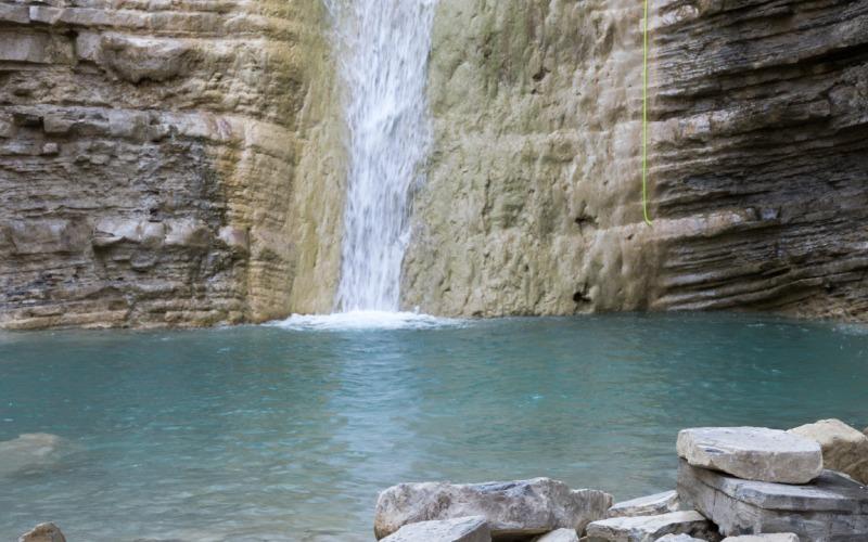 Piscina natural que formada al final de la Cascada de Orós bajo