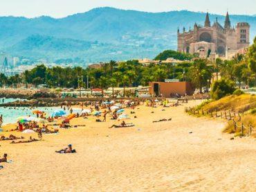 Termómetros y preguntas para asegurar que los turistas extranjeros que viajen a Baleares estén sanos