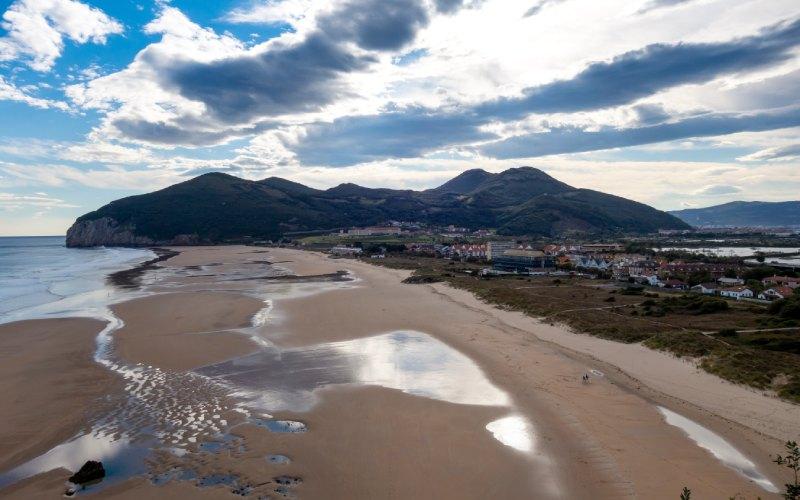 Panorámica de la playa de Berria en Santoña