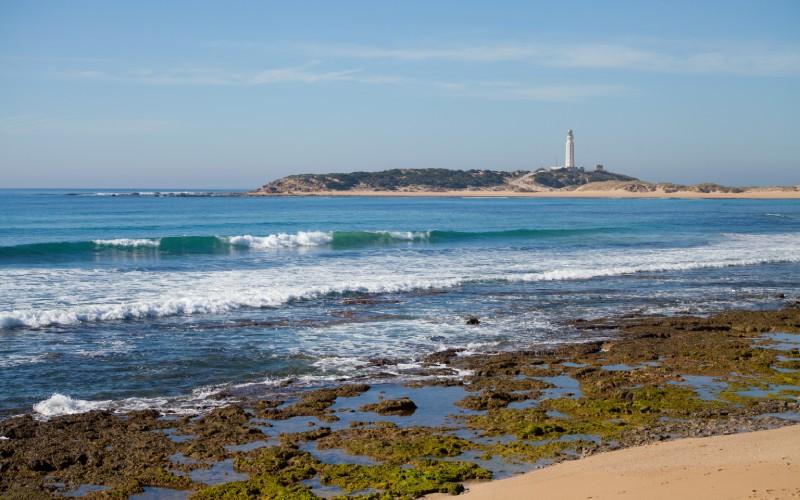 Vista del Cabo de Trafalgar desde una de sus playas