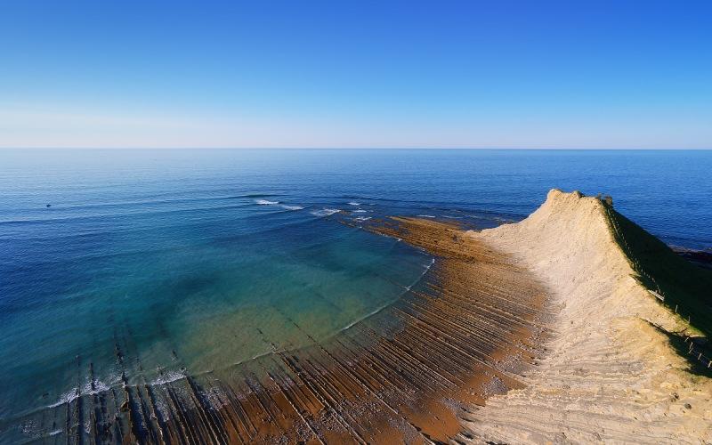 Playa de Sakoneta con flysch en Gipuzkoa