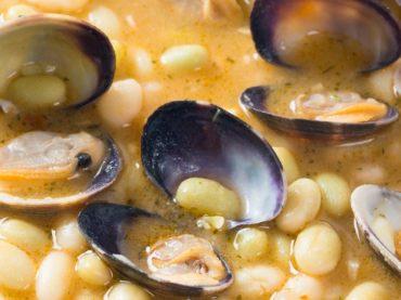 Pochas con almejas, plato típico del norte de la península