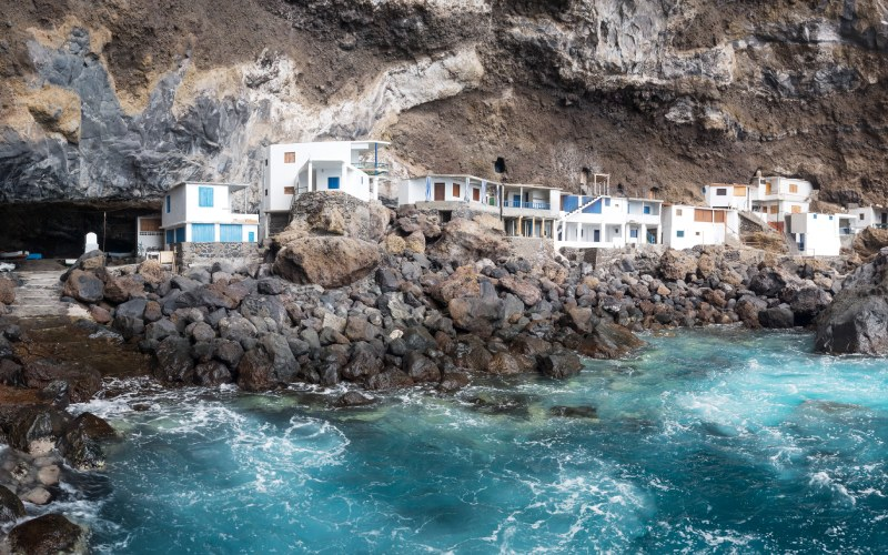 Las casitas blancas de Porís de Candelaria, entre las rocas de la cueva