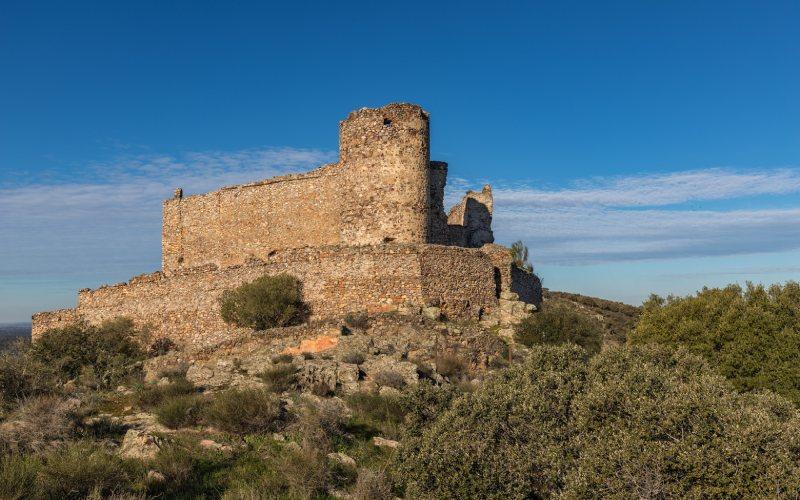 El castillo en ruinas de Portezuelo sobre un cerro