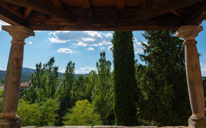 Vistas desde el pórtico de la iglesia de los Santos Justo y Pastor
