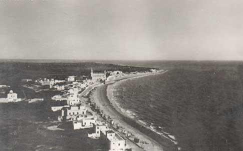 Vista aérea con el Santuario de Regla al fondo de la playa Chipiona