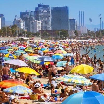 Cierran varias playas de Barcelona por las aglomeraciones de bañistas