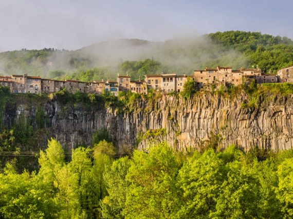 Qué ver en Castellfollit de la Roca, un pueblo entero al pie del abismo