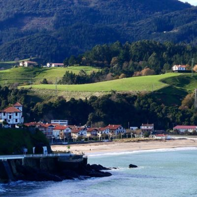 Pueblos de España con mar y montaña