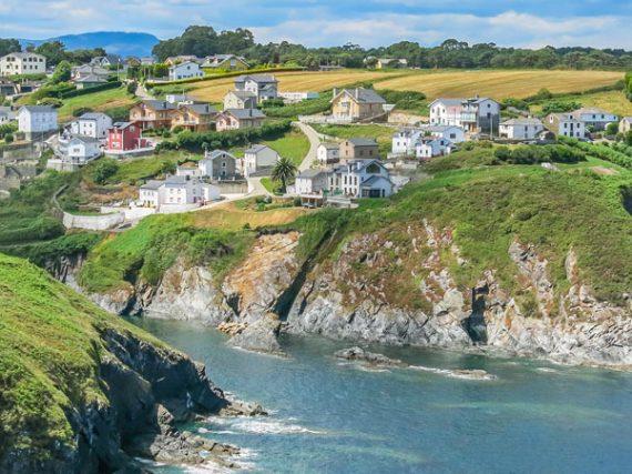 Ortiguera, el pueblo asturiano con 1.000 habitantes pero dos faros