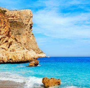 Cala del Moraig, la playa a la que ir antes de que sea demasiado tarde