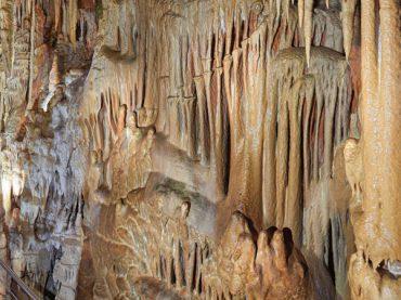 Las cuevas de Ortigosa: caminando entre estalactitas, estalagmitas y columnas gigantes