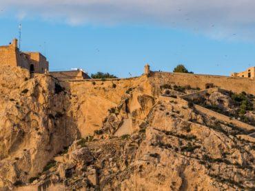 El castillo de Santa Bárbara, la fortaleza medieval que domina la costa levantina