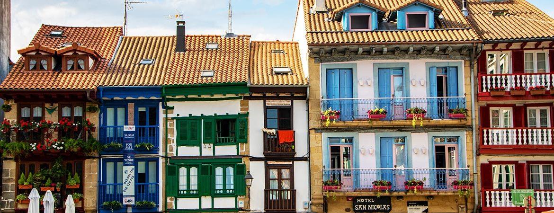 Plazas más coloridas de España Hondarribia