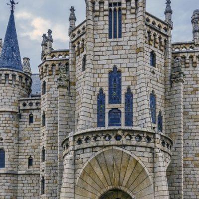 El Palacio Episcopal de Astorga, una joya modernista que parece sacada de un cuento de hadas