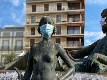 Valencia pone mascarillas a sus estatuas para concienciar a la ciudadanía sobre su uso
