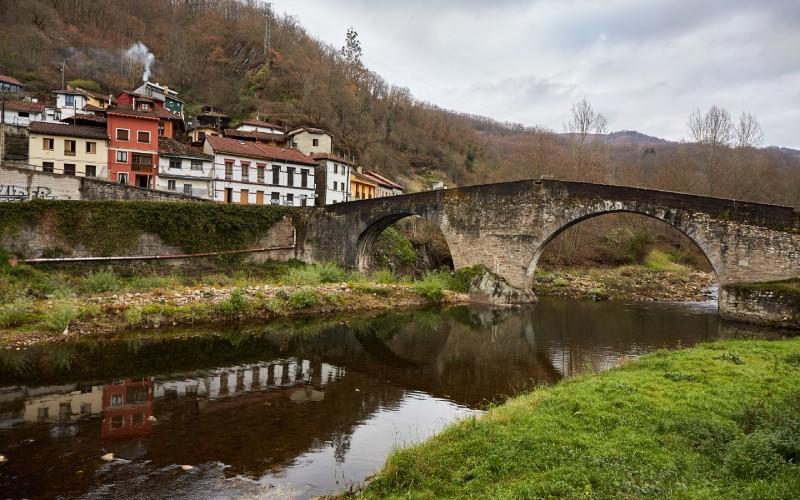 Puente del Arco sobre el río Nalón, en Laviana