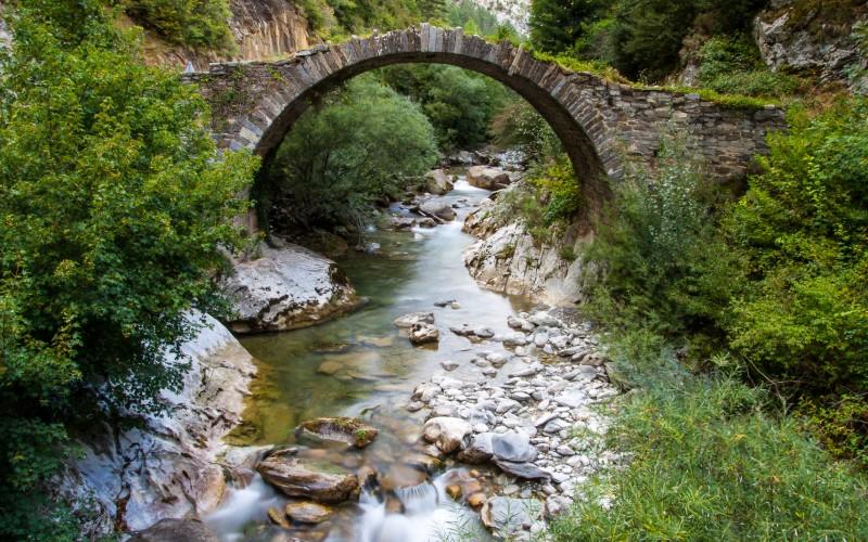 Puente románico en Isaba, Navarra