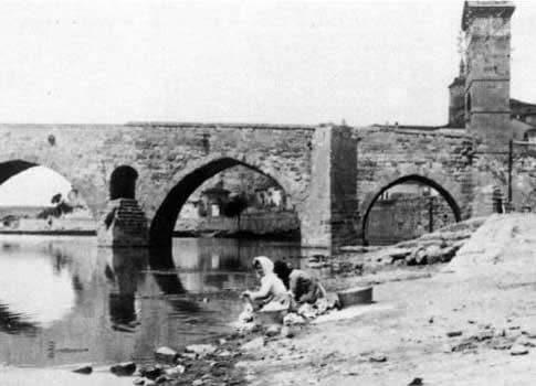 Antigua Foto de Mujeres lavando junto al Puente de Piedra en Zamora