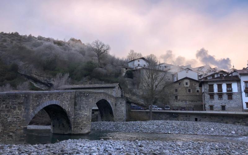 Puente romano de Burgui, sobre el cauce pedregoso del río