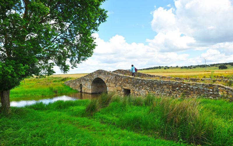Puente de Santiago de Bencáliz, medieval, en la Vïa de la Plata extremeña
