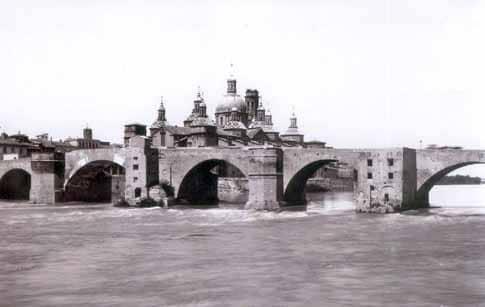 El Puente de Piedra de Zaragoza en una fotografía del siglo XIX